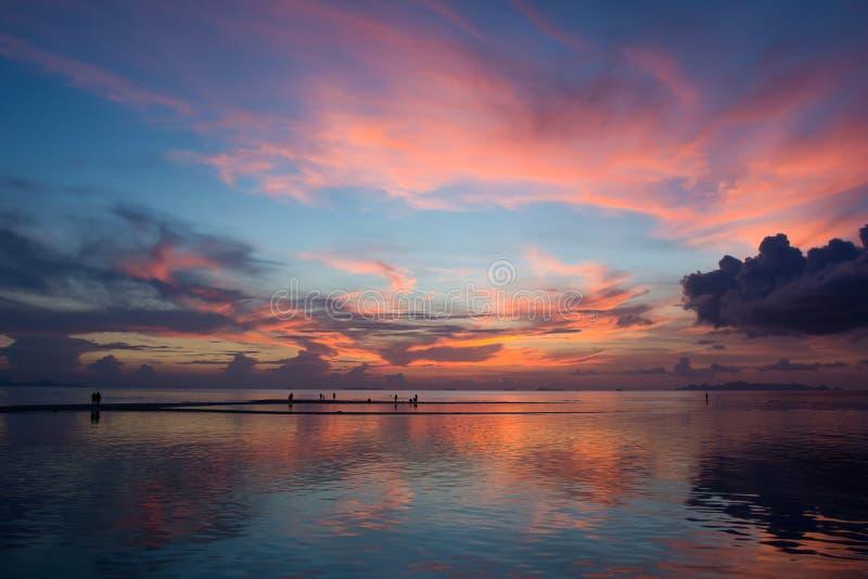 Cielo crepuscular maravilloso en el mar foto de archivo libre de regalías