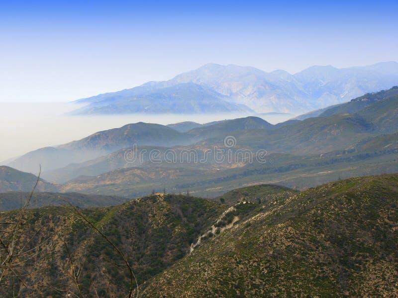 Cielo de azules sobre las montañas imagenes de archivo