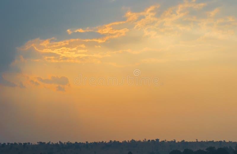 Cielo de la mañana con las nubes imagen de archivo