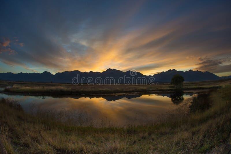 Cielo de la mañana detrás de Montana Mountains fotos de archivo libres de regalías