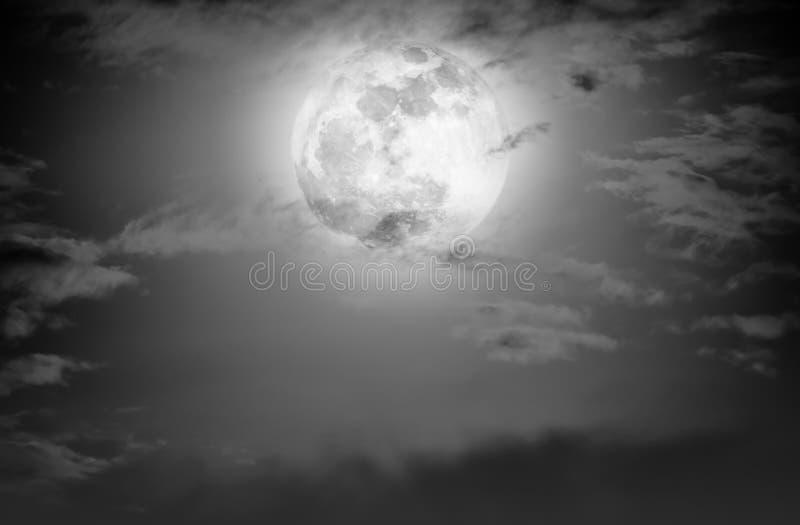 Cielo de la noche con las nubes y la Luna Llena brillante Rebecca 36 fotos de archivo