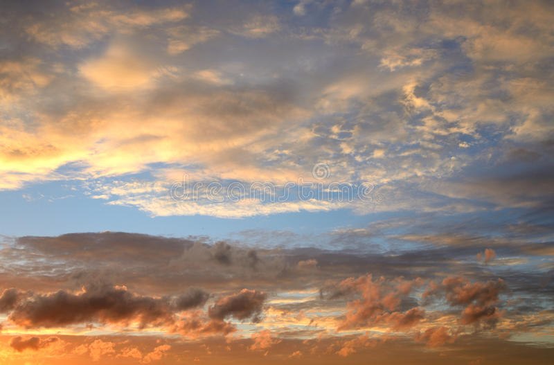 Cielo de la nube en la puesta del sol fotos de archivo