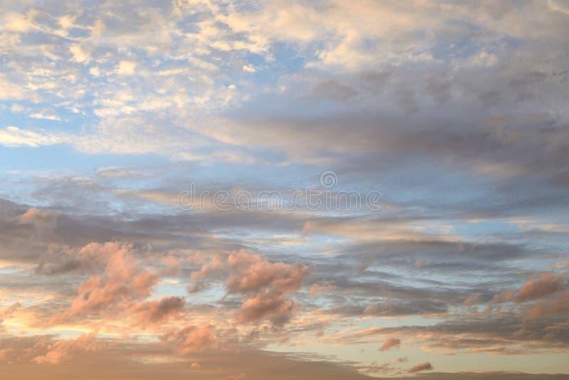 Cielo de la nube en la puesta del sol fotografía de archivo