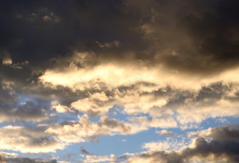 Cielo de la nube en la puesta del sol imagenes de archivo