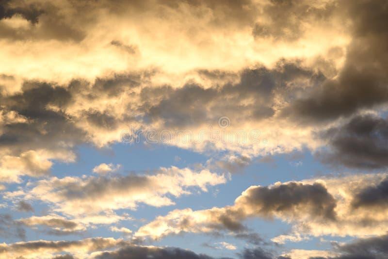 Cielo de la nube en la puesta del sol foto de archivo libre de regalías