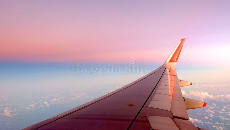 Cielo de la pendiente del ala del aeroplano foto de archivo