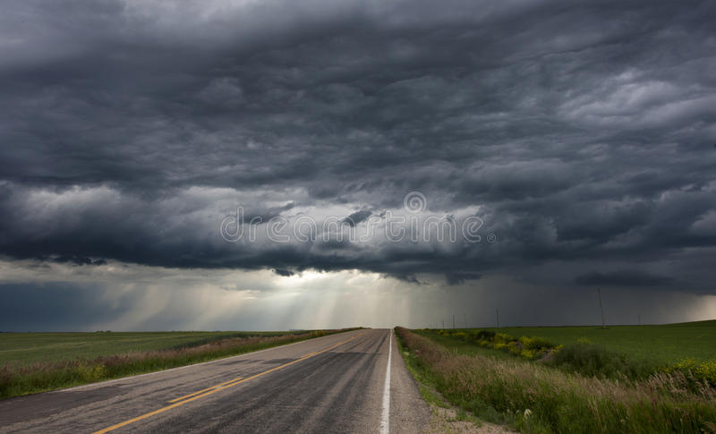 Cielo de la pradera de las nubes de tormenta fotos de archivo