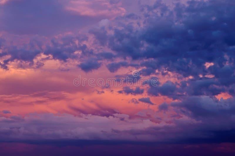 Cielo de la puesta del sol con las nubes fotos de archivo libres de regalías