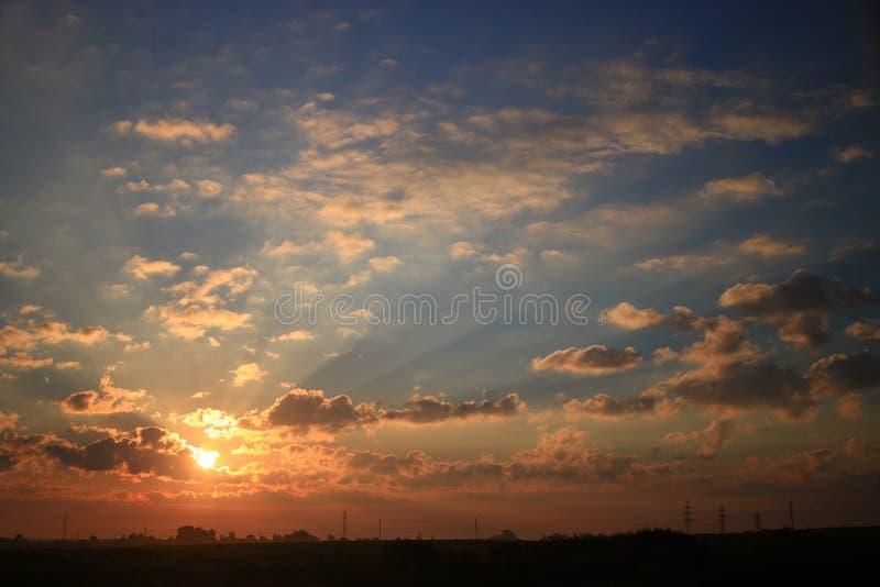 Cielo de la puesta del sol con las nubes foto de archivo libre de regalías