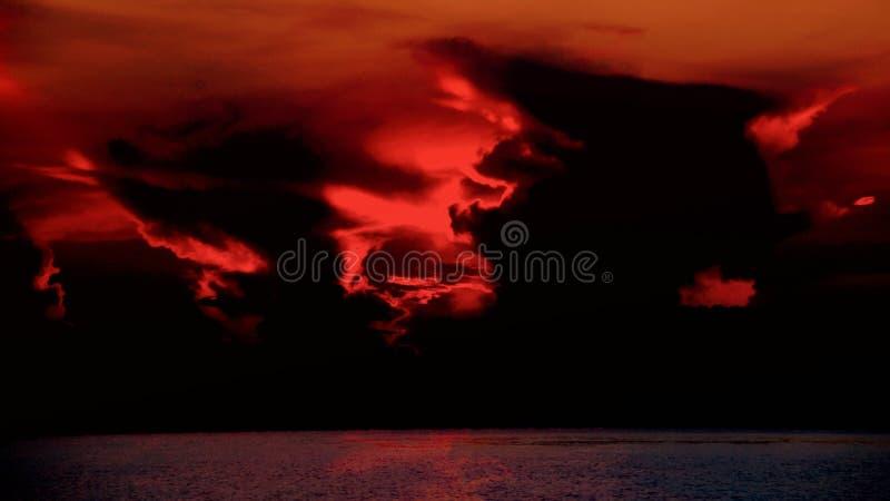 cielo de la puesta del sol con las nubes dramáticas oscuras foto de archivo