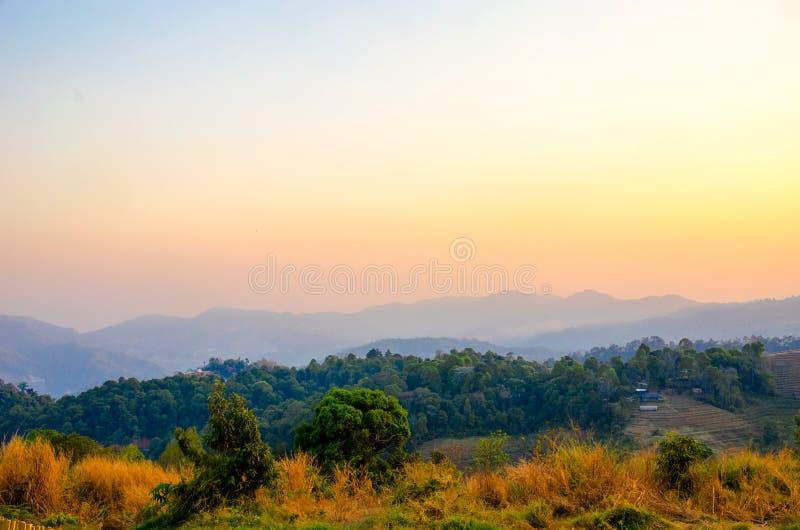 Download Cielo De La Puesta Del Sol De La Montaña Foto de archivo - Imagen de hermoso, wallpaper: 64207506