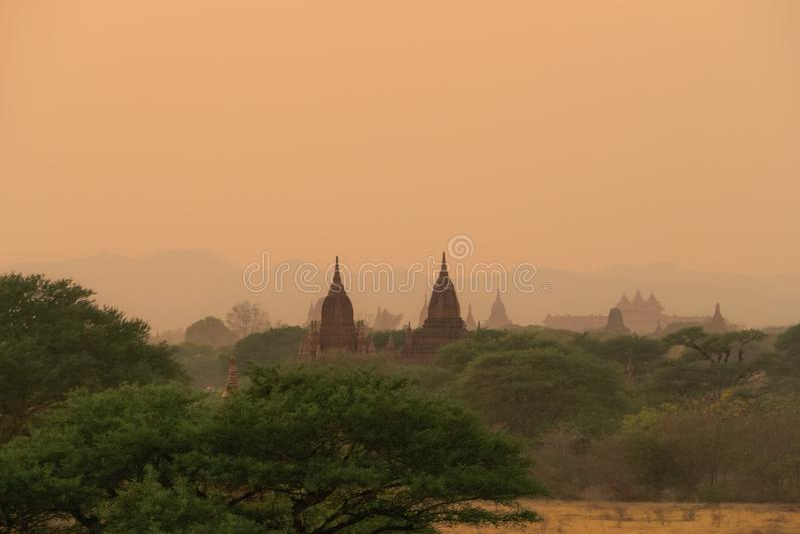 Cielo de la puesta del sol en bagan; Myanmar imagen de archivo