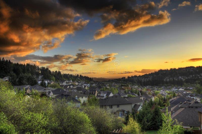Cielo de la puesta del sol en los suburbios fotografía de archivo