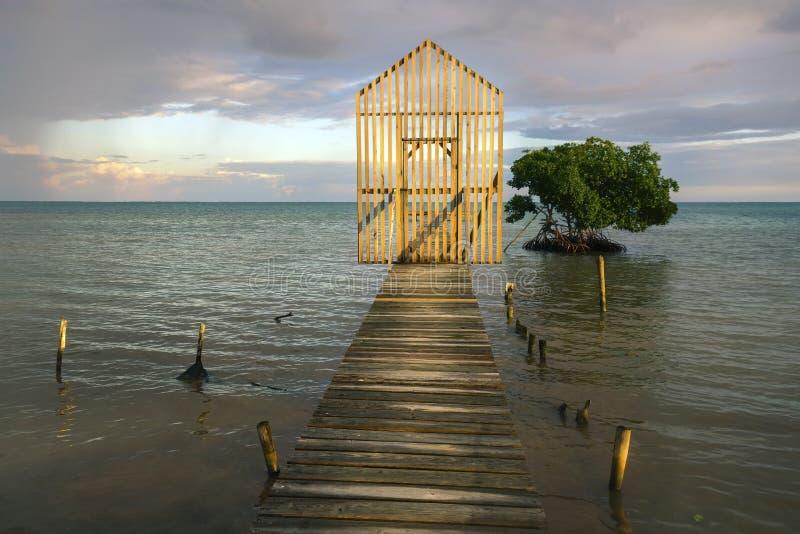 Cielo de la puesta del sol que pesca la isla Belice del calafate de Caye del mar de Pier Wooden Gate Horizon Caribbean del muelle fotos de archivo libres de regalías