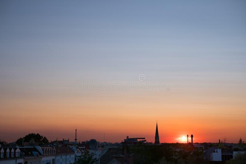 Cielo de la puesta del sol sobre la ciudad, panorama colorido del cielo sobre tejados fotografía de archivo libre de regalías