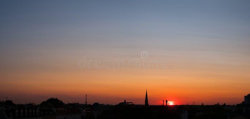 Cielo de la puesta del sol sobre la ciudad, panorama colorido del cielo sobre tejados imágenes de archivo libres de regalías