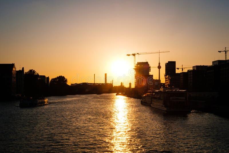 Cielo de la puesta del sol sobre la diversión del río en Berlín con horizonte de la torre de la TV fotos de archivo