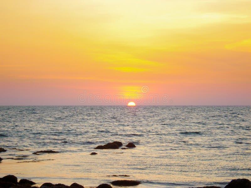 Cielo de la puesta del sol sobre el agua, puesta del sol de la vista al mar fotografía de archivo libre de regalías