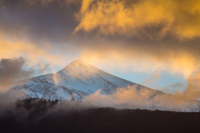 Cielo de la puesta del sol sobre el volcán Teide fotos de archivo
