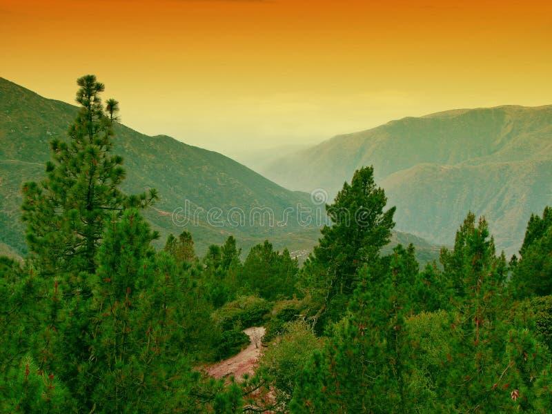 Cielo de la puesta del sol sobre las montañas imagen de archivo libre de regalías