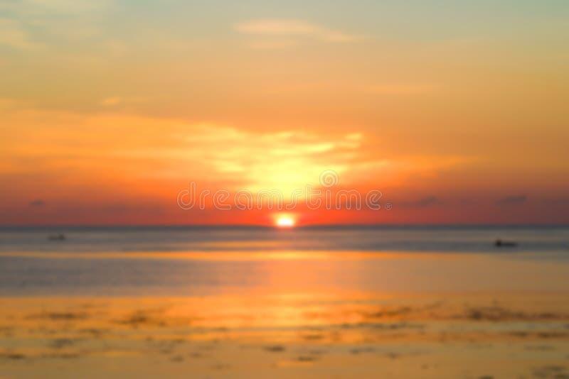 Cielo de la puesta del sol y paisaje del océano en la falta de definición imagen de archivo