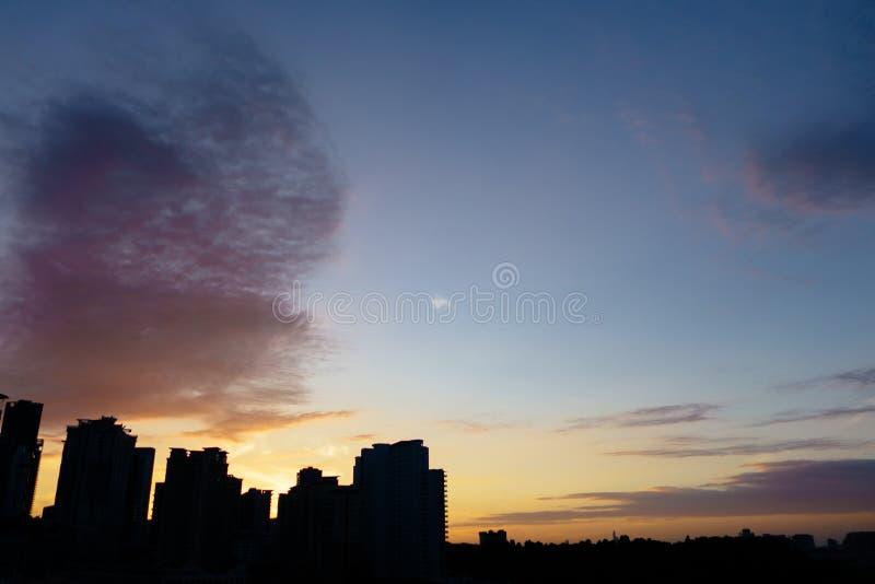 Cielo de la salida del sol imagenes de archivo