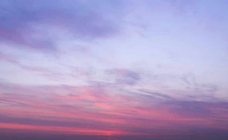 Cielo de la salida del sol en la mañana del verano Fondo, naturaleza foto de archivo
