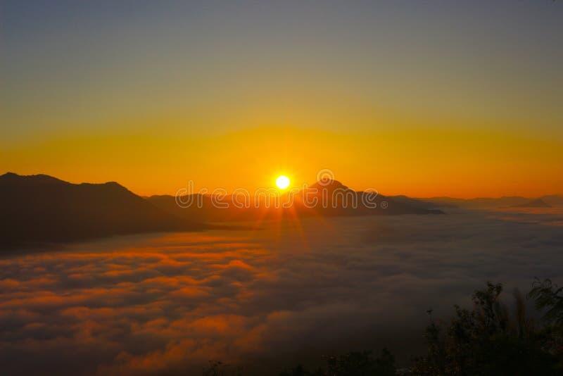 Cielo de la salida del sol en Tailandia imagenes de archivo