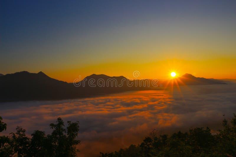 Cielo de la salida del sol en Tailandia fotos de archivo libres de regalías