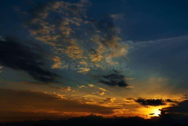 Cielo de la tarde antes de la puesta del sol foto de archivo libre de regalías