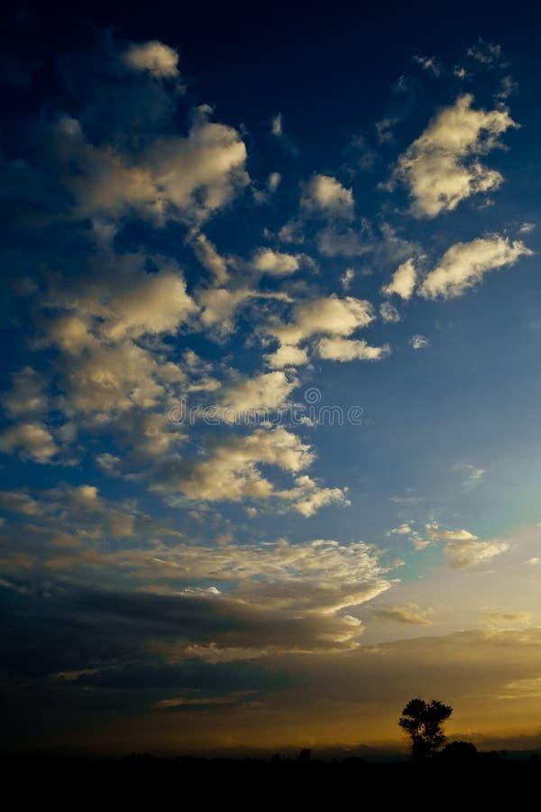 Cielo de la tarde antes de la puesta del sol foto de archivo