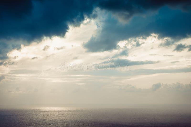 Cielo de la tarde con las nubes tempestuosas oscuras imágenes de archivo libres de regalías