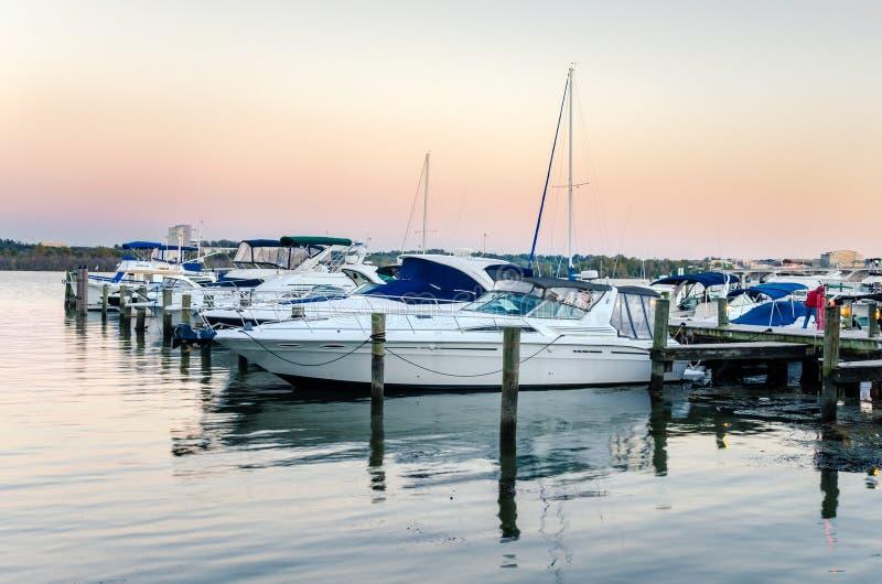Cielo de la tarde de Beautul sobre un puerto deportivo en el río Potomac foto de archivo