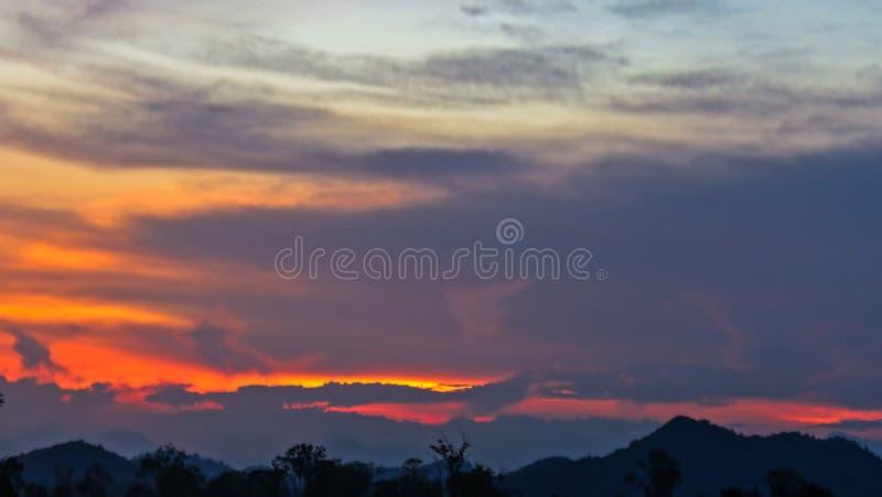 Cielo de la tarde, fondo asombroso de la nube de la puesta del sol, naturaleza fantástica, salida del sol brillante dramática, cr foto de archivo libre de regalías