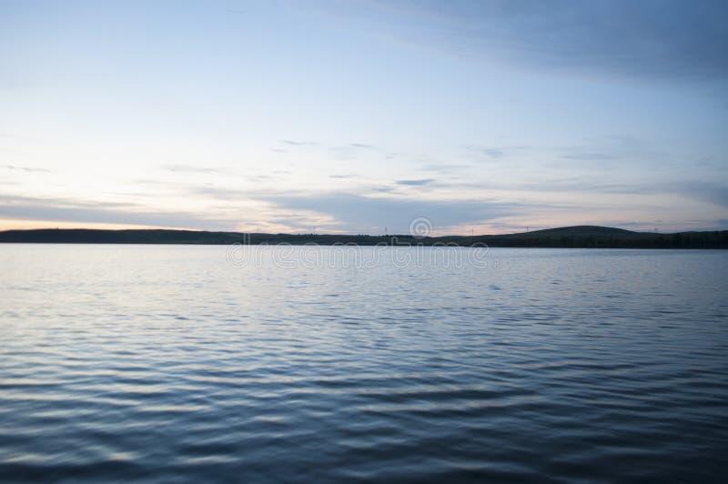 Cielo de la tarde sobre el lago fotos de archivo libres de regalías