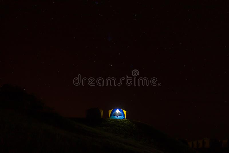 Cielo de la tienda y del fondo y las estrellas en la noche fotografía de archivo libre de regalías