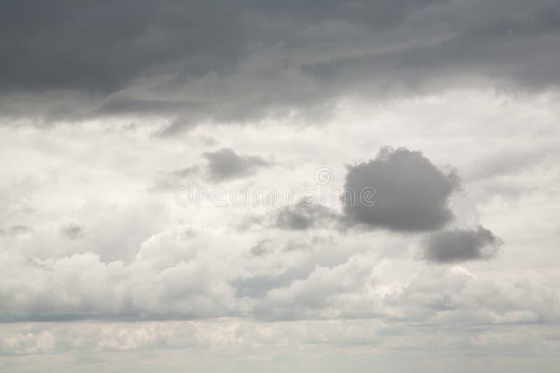 Cielo de la tormenta y nubes pesadas fotografía de archivo