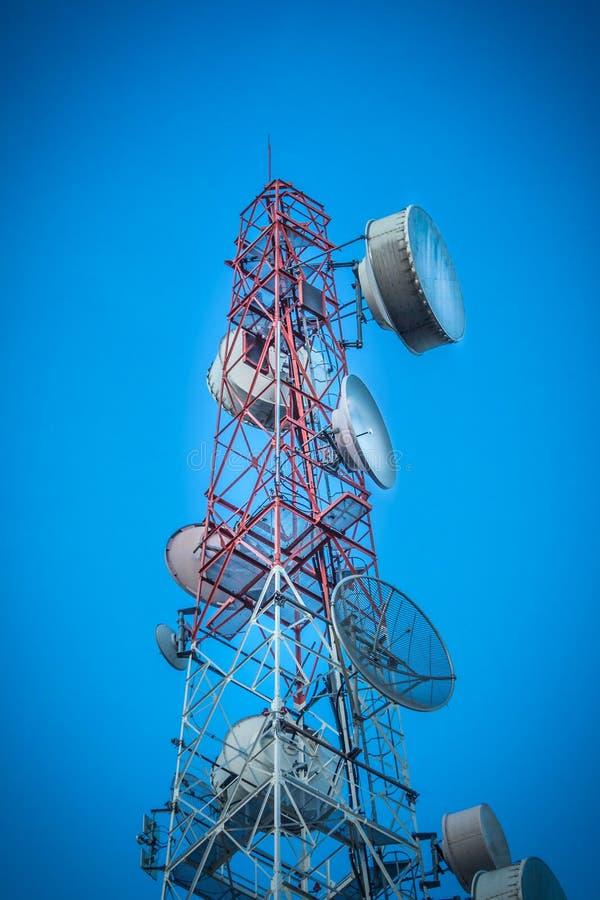 Cielo de la torre de las telecomunicaciones fotos de archivo libres de regalías