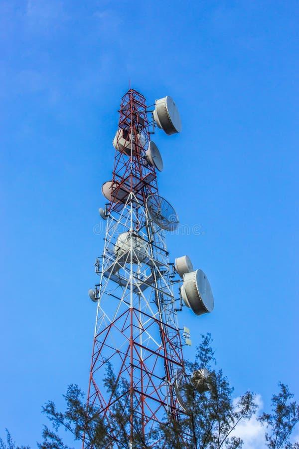 Cielo de la torre de las telecomunicaciones fotografía de archivo libre de regalías