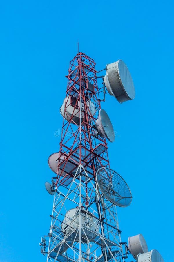 Cielo de la torre de las telecomunicaciones fotos de archivo