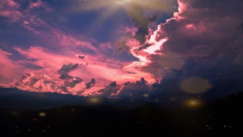 Cielo de oro con la colina, en el sumatera del norte de los lawas del padang en Indonesia fotos de archivo