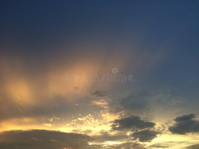 Cielo de oro N una imagen de archivo libre de regalías