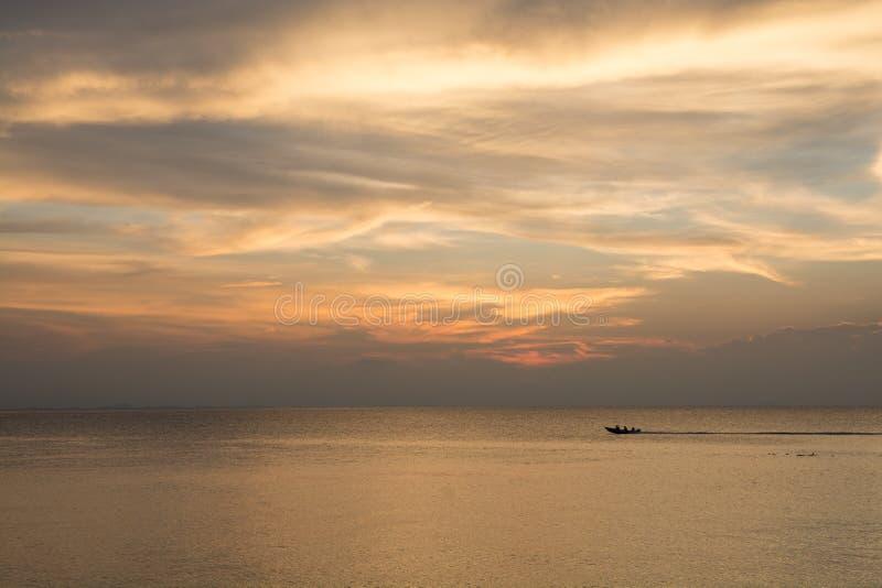 Cielo de oro sobre el mar imagenes de archivo