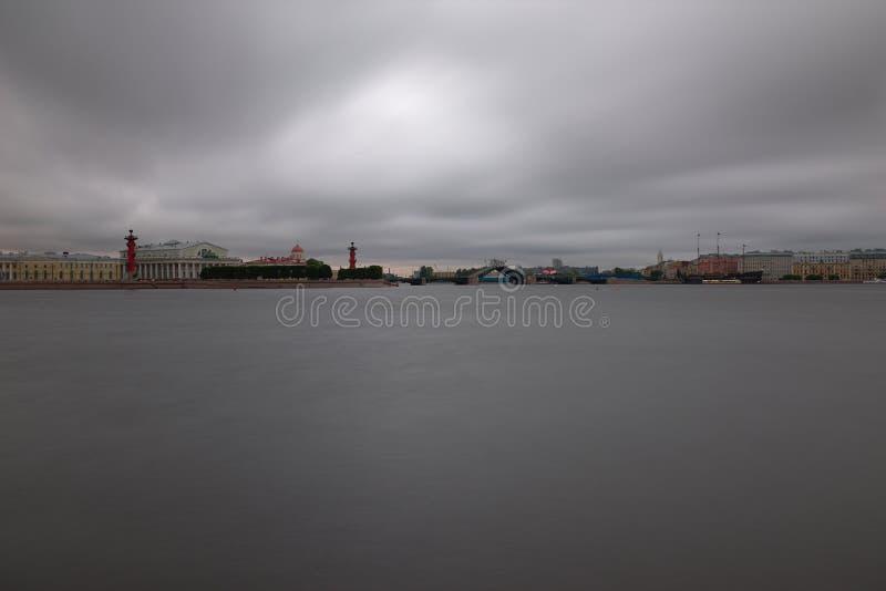 Cielo de plomo sobre la ventaja del río foto de archivo