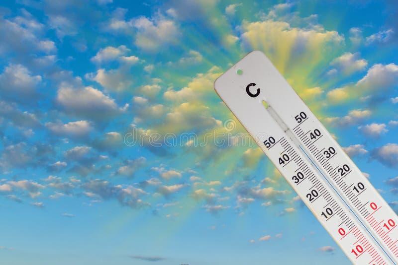 Cielo de Sun del termómetro 44 grados Día de verano caliente Temperaturas altas los grados cent3igrados imagen de archivo