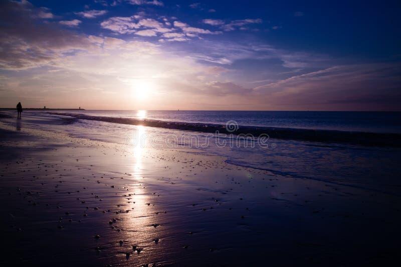Cielo del Caribe del invierno de la puesta del sol de la playa imagenes de archivo