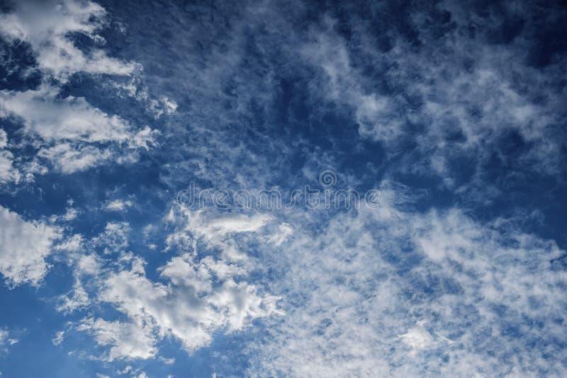Cielo del cielo con colore blu di giorno per fondo, luminoso leggero fotografia stock