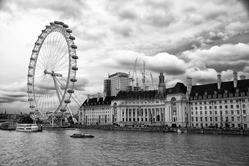 Cielo del drama sobre el thames en Londres, Inglaterra foto de archivo libre de regalías
