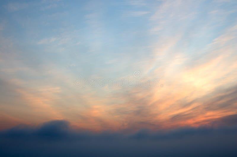 Cielo del escarlata de la salida del sol con las nubes. fotos de archivo