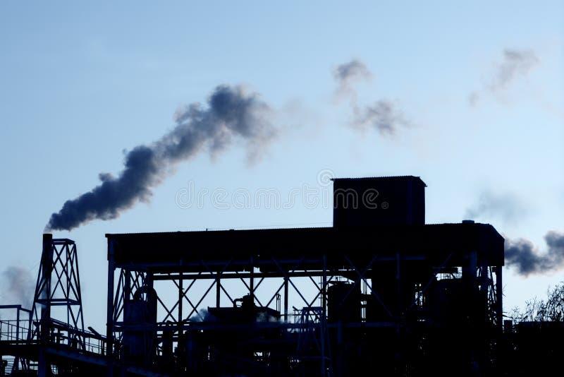 Cielo del fumo di industria petrochimica della lampadina immagine stock libera da diritti